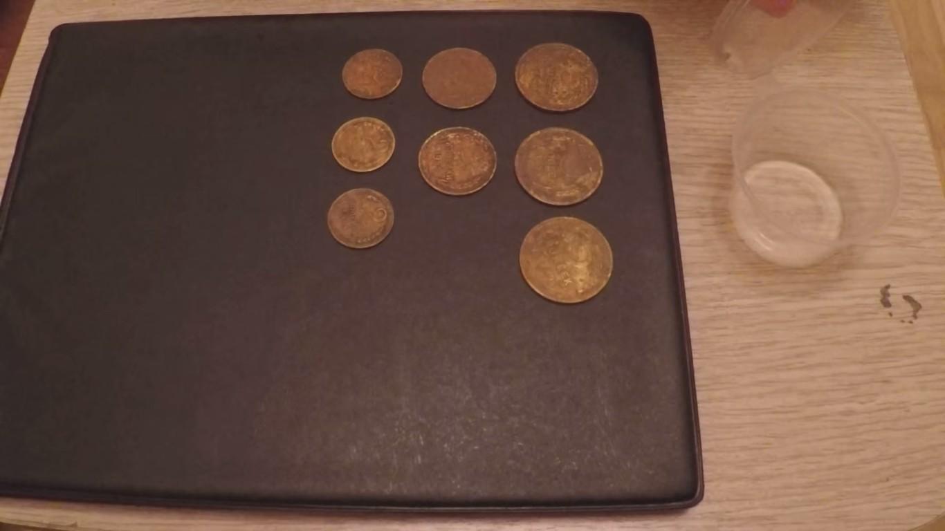 Старые бронзовые монеты требуют чистки.