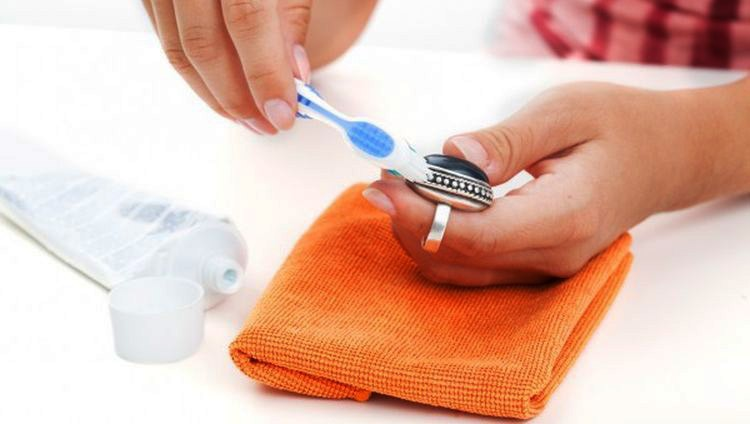 Для этого процесса нет лучшего инструмента чем зубная щетка.