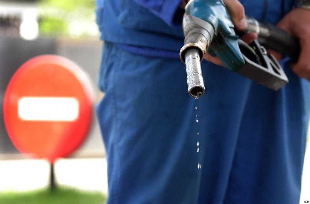 Запах бензина очень устойчивый и вывести его из одежды бывает не просто.