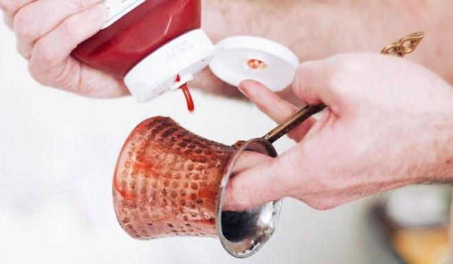 Так чистят медь в домашних условиях с помощью кетчупа.