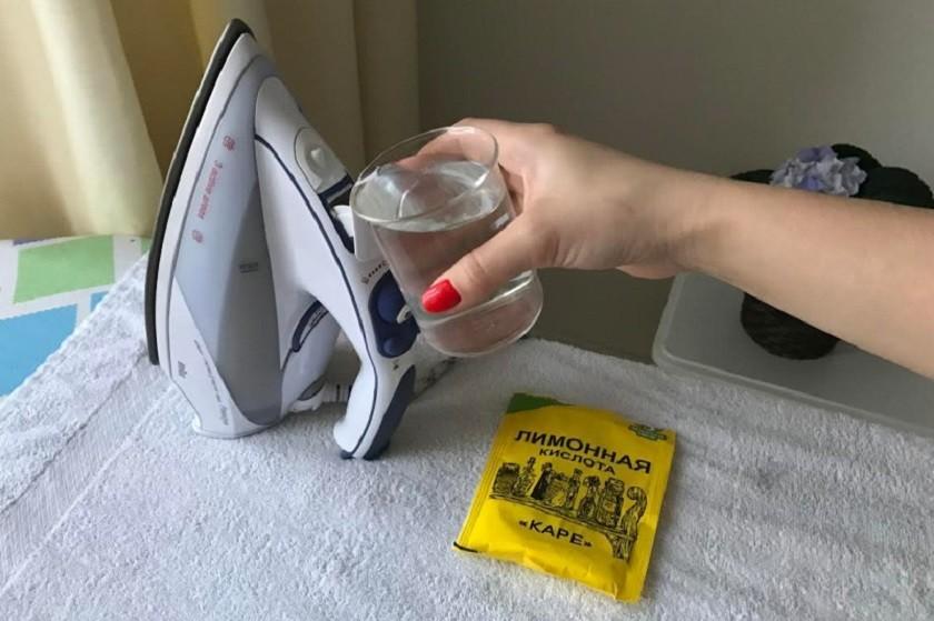 Раствор лимонной кислоты заливают в бачок для жидкости.