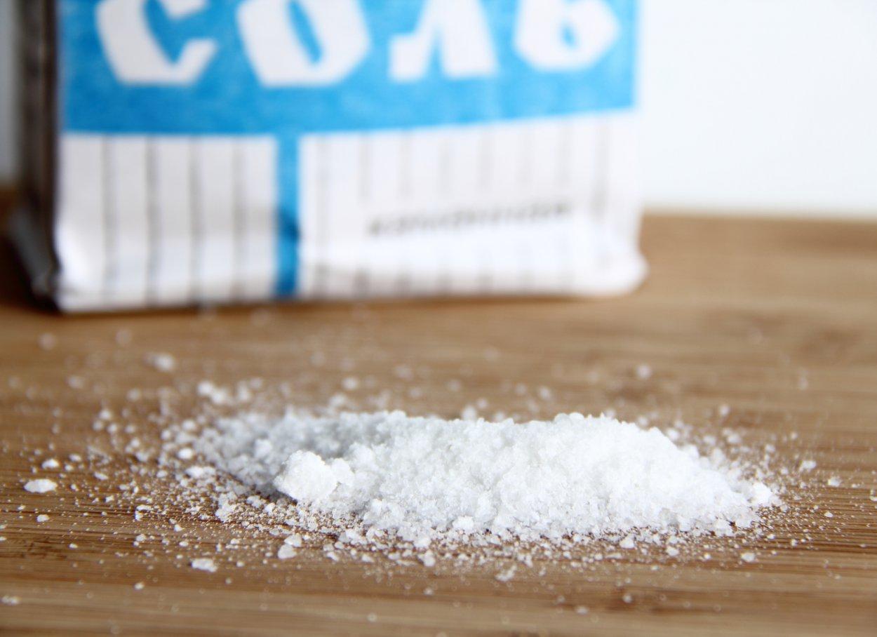 Раствор соли растворяет остатки грязи.