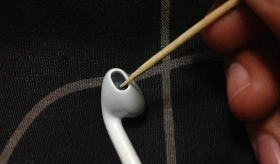 Чистка без разборки с помощью зубочистки.
