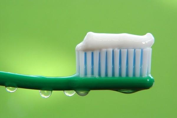Паста на зубной щетке