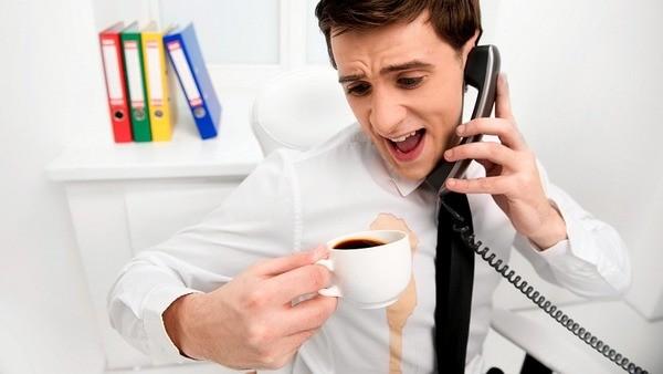 Разлитый кофе в офисе