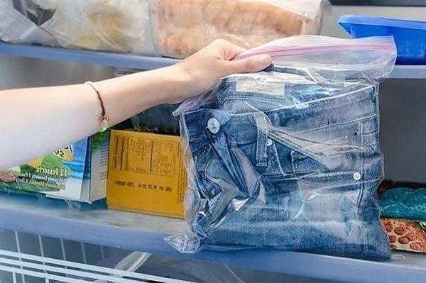 Способ очистки джинсов от загрязнения клеем