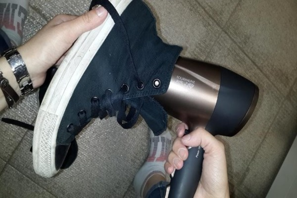 Используем фен для прогрева подошвы