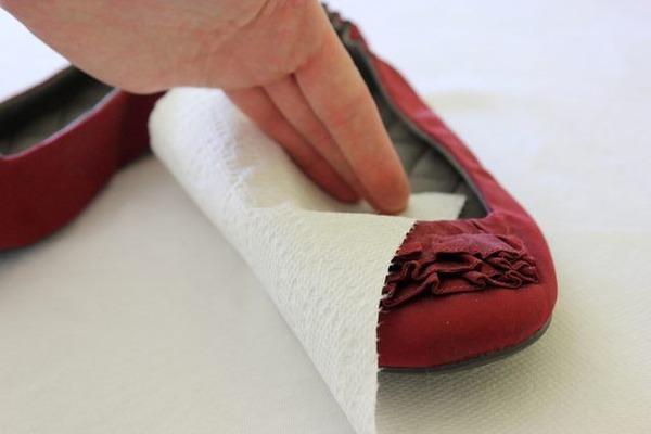 Для устранения скрипа обуви используем касторку