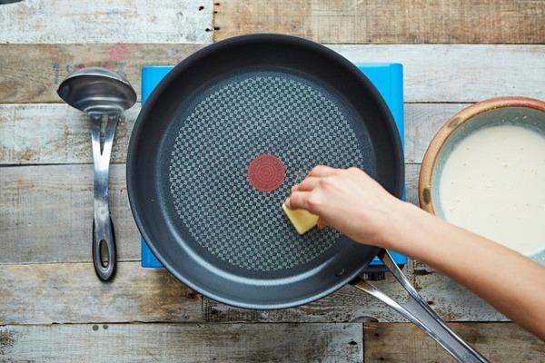 Используем подручные средства для очистки посуды