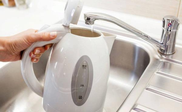 Промываем чайник после очистки от накипи