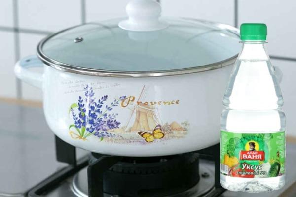 Уксус - действенное средство для очистки посуды